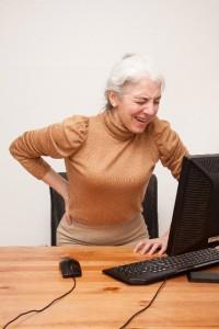 腰が痛い老人女性